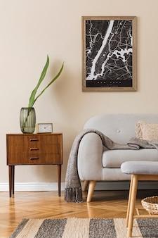 지도, 세련된 목재 옷장, 소파, 꽃병에 꽃과 우아한 개인 액세서리가있는 거실의 스칸디나비아 홈 인테리어를 디자인합니다. 현대적인 홈 스테이징. 베이지 색 개념.