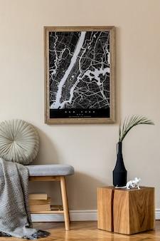 Создайте скандинавский домашний интерьер гостиной с помощью макета карты плаката, стильной деревянной скамейки, пледа, деревянного куба, декора и элегантных аксессуаров. бежевая стена. современная домашняя постановка. шаблон. джапанди.