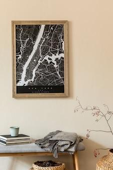 Создайте скандинавский домашний интерьер гостиной с картой-плакатом, стильной деревянной скамейкой, пледом, книгой, корзиной из ротанга и элегантными аксессуарами. бежевая стена. современная домашняя постановка. джапанди.