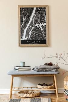 Создайте скандинавский домашний интерьер гостиной с плакатом-картой, стильной деревянной скамейкой, пледом, книгой, декором из ротанга и элегантными аксессуарами. бежевая стена. современная домашняя постановка. джапанди.