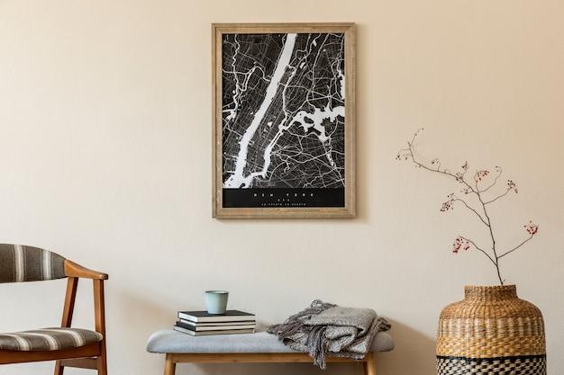 Создайте скандинавский домашний интерьер гостиной с картой-плакатом, стильной деревянной скамейкой, стулом в стиле ретро, корзиной из ротанга, цветами и элегантными аксессуарами. бежевая стена. стильная домашняя постановка.