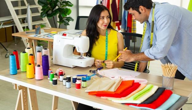 Дизайн пошива ткани и обсуждение в офисе компании.