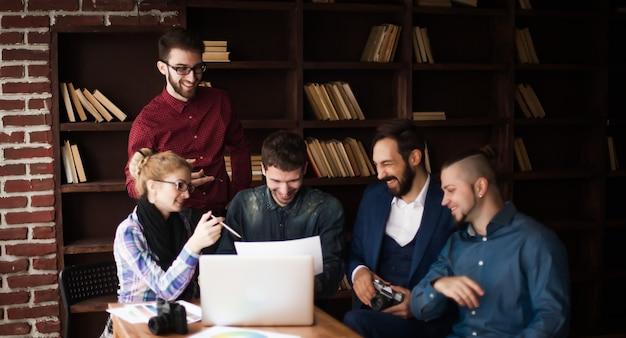 Команда дизайнеров обсуждает новый рекламный проект