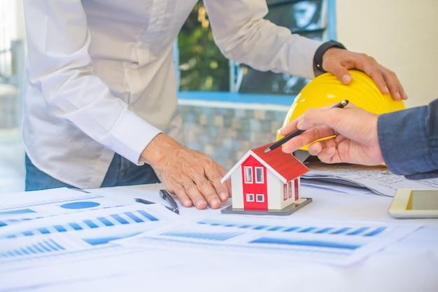 디자이너는 프로젝트 부동산에서 디자인 하우스를 확인하고 있습니다.