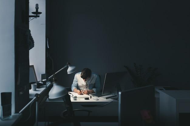 Дизайнер за работой в офисе