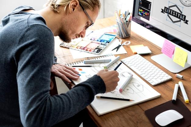 仕事中のデザイナー