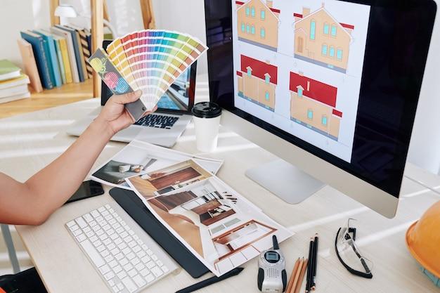 Дизайнер выбирает цветовую схему