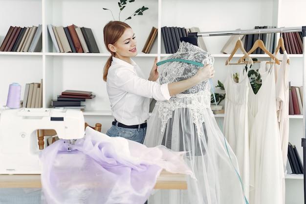 デザイナーがスタジオで服を作る