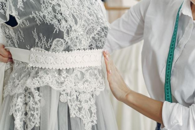 Дизайнер создает одежду в студии