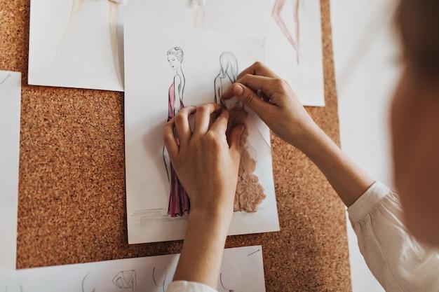デザイナーがイブニングドレスを作成