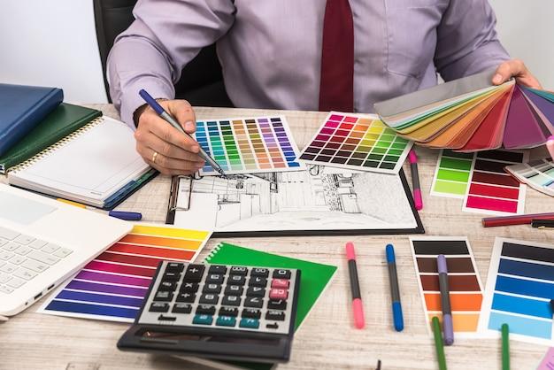 スケッチプランの青写真とカラーサンプラーを使用したデザイナークリエイティブ