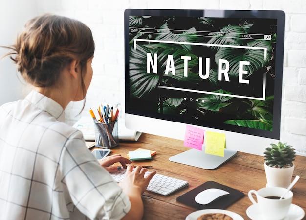 Дизайнер проектирует естественную концепцию дизайна