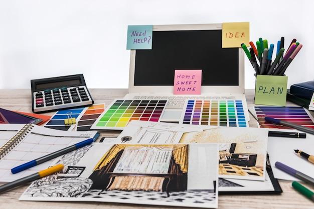 デザイナーデスク。モダンなアパートの計画。
