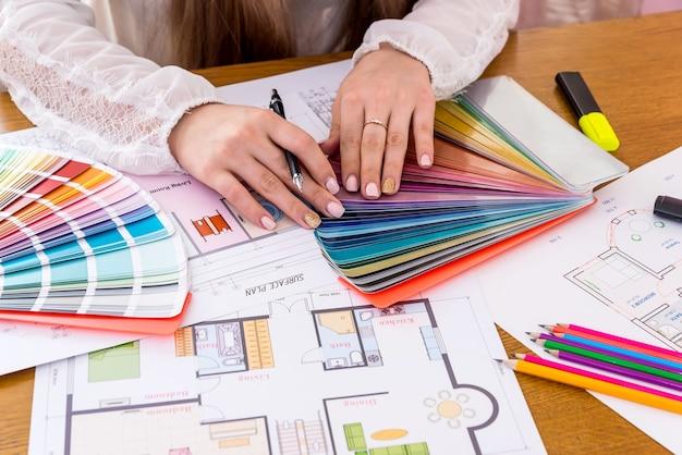 디자이너는 새로운 프로젝트를 개발하고 작업하고 닫습니다.