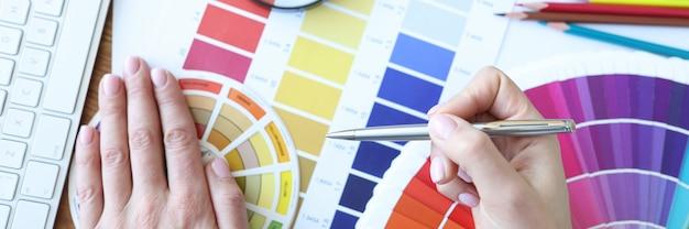 Дизайнер разрабатывает цветовые сочетания на настольных цветовых решениях в концепции интерьера.