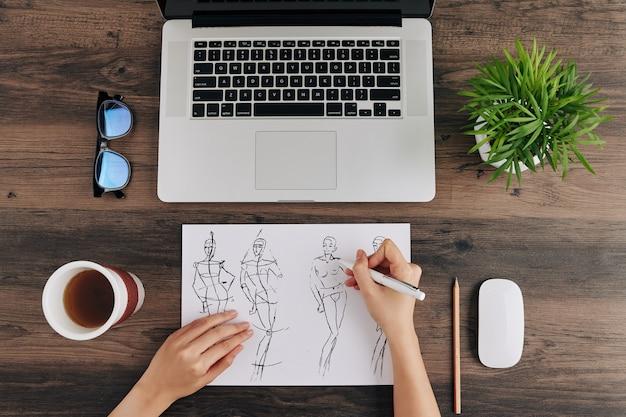 ファッションイラストを描くデザイナー