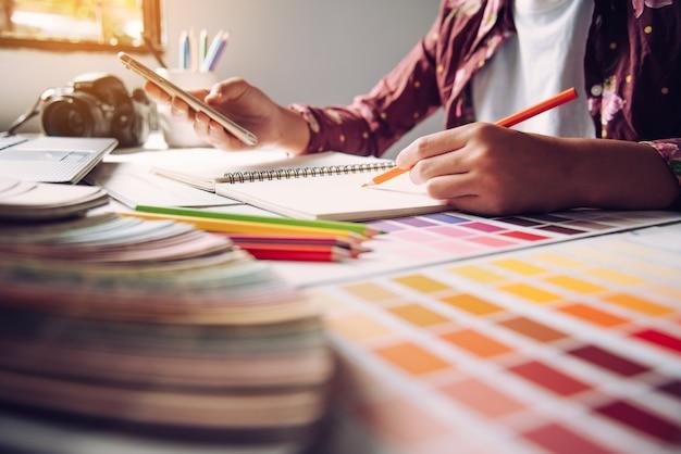 デザイナーグラフィッククリエイティブ、創造性の女性のラップトップに取り組んで、色のアイデアスタイルを着色の設計