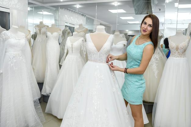신부 상점에서 마네킹에 디자이너 측정 드레스