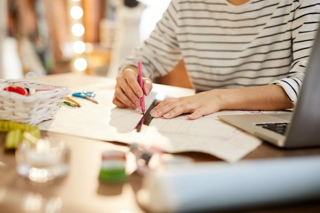 Дизайнер моды на работе
