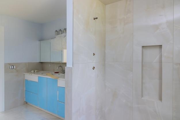 高価なバスタブシャワーインテリアのデザイナーリフォーム建設バスルーム