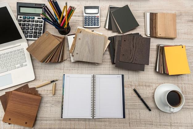 나무 색상 견본, 빈 메모장, 노트북 및 펜이있는 디자이너의 작업 공간