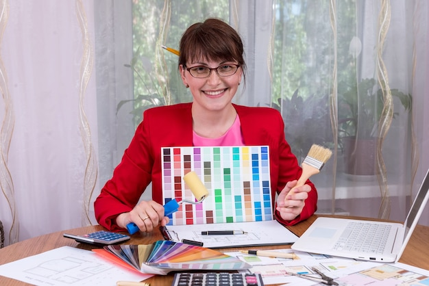색상 팔레트 및 페인팅 도구를 보여주는 디자이너