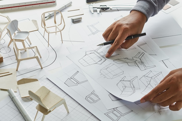 製品の椅子の家具のプロトタイプをスケッチするデザイナー
