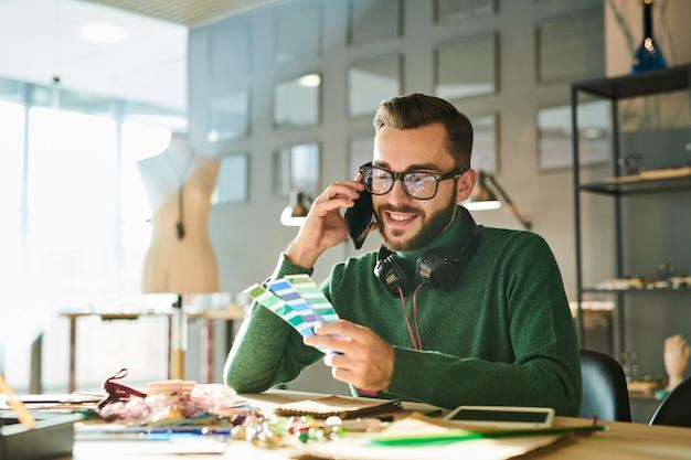 電話で話すデザイナー