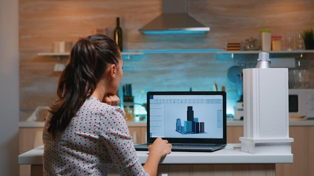 Cad 소프트웨어를 사용하여 집에서 원격으로 초과 근무하는 건물의 3d 개념을 설계하는 설계자. 엔지니어 아티스트는 사무실에서 새로운 현대 모델, 결단력, 경력을 만들고 연구합니다.