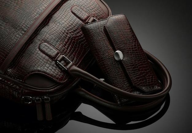 Дизайнерская женская сумка и кошелек на темном фоне