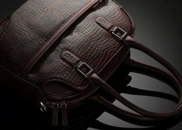 Дизайнерская женская сумка на темном фоне