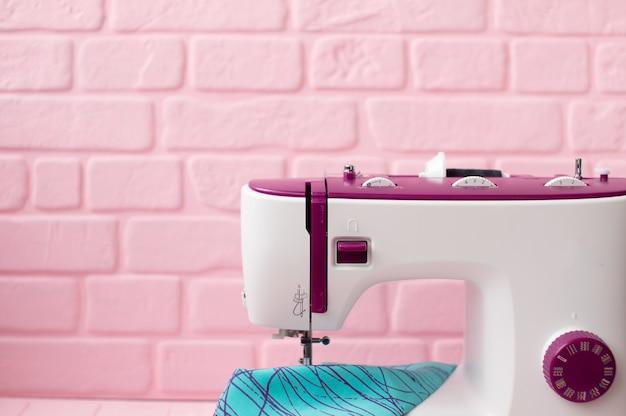 Дизайнерская швейная машина на рабочем месте в офисе