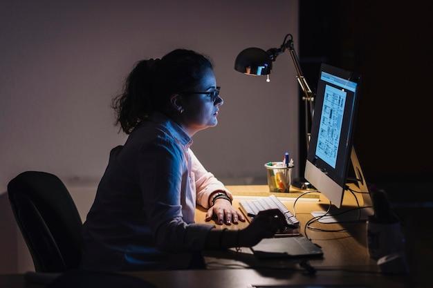 Дизайнер работает ночью