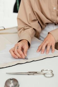 Дизайнер работает в своей мастерской одна