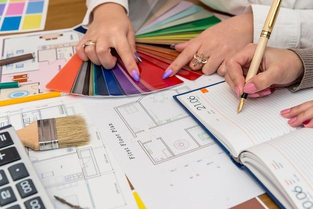 オフィスでカラーパレットを扱うデザイナー