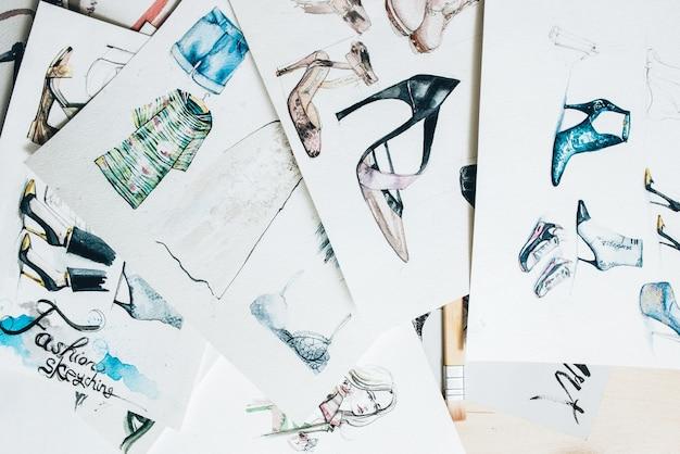 Рабочее место дизайнера. эскизы моды. коллекция рисования красочной женской одежды.