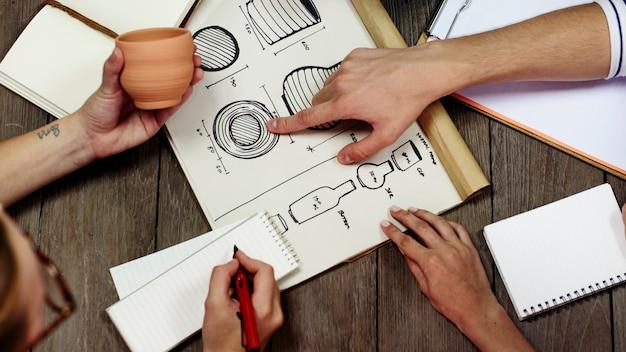 Дизайнеры разрабатывают новый продукт