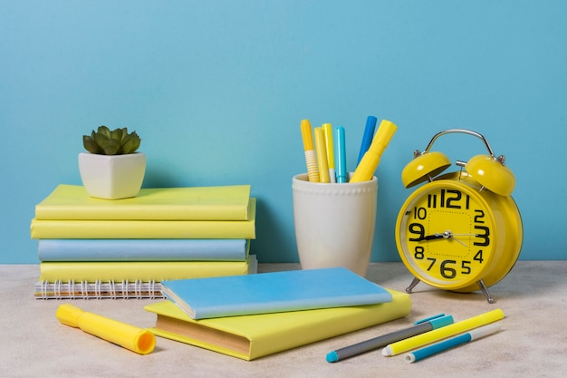 Расположение стола с желтыми и синими элементами