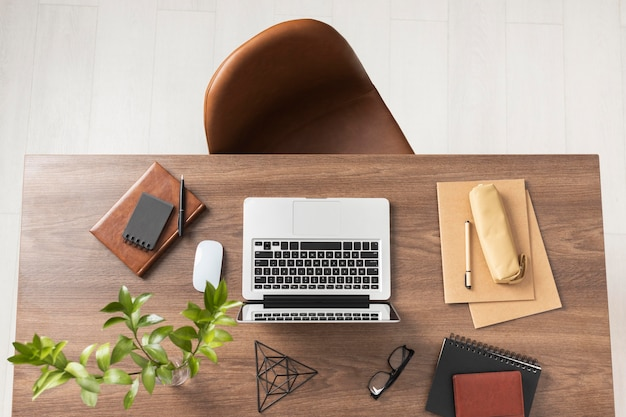 Набор столов с ноутбуком