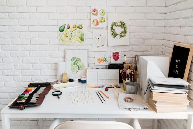 Концепция стола с художественными принадлежностями
