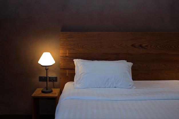 Настольная лампа с подушкой и кроватью