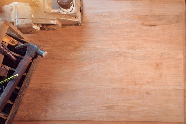 Стол плотника с разными инструментами. студия снята на деревянном фоне, винтажном стиле