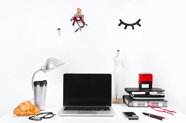 현대 사무실에서 사업가의 책상