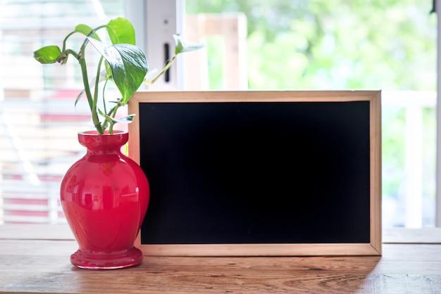 緑の植物と春の時間の窓とフリースペースのデスク