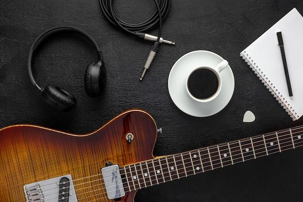 Рабочий стол музыканта для работы автора песен с наушниками и гитарой