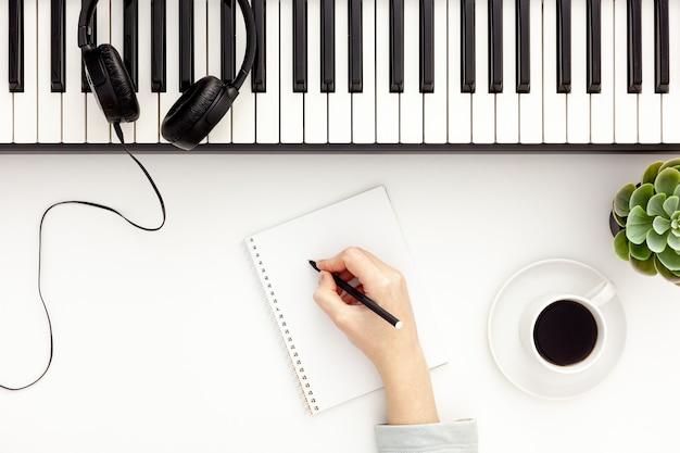 Письменный стол музыканта для работы автора песен с синтезатором