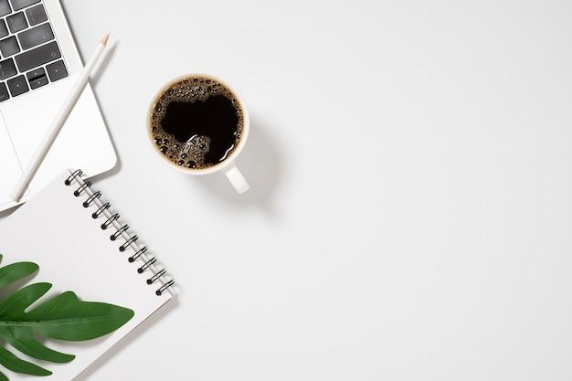 빈 노트북, 노트북 및 흰색 배경 평면도에 커피 컵 책상.