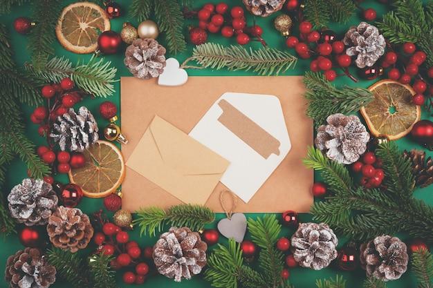 봉투와 크리스마스 장식이 있는 책상은 평평한 평신도 모형