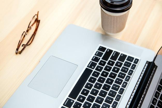 노트북, 안경, 커피 한 잔이 있는 책상. 평면도.