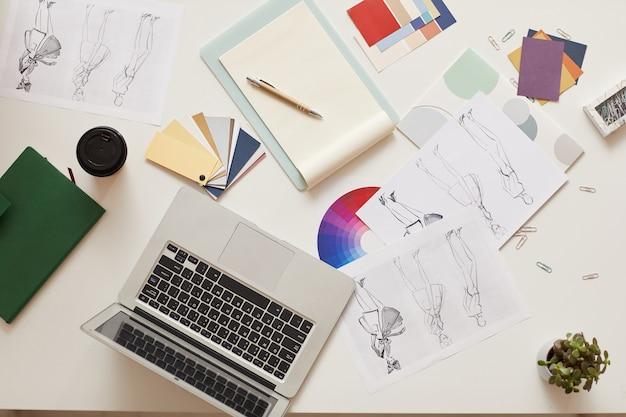 現代のオフィスのデスクワークプレイス、コピースペース